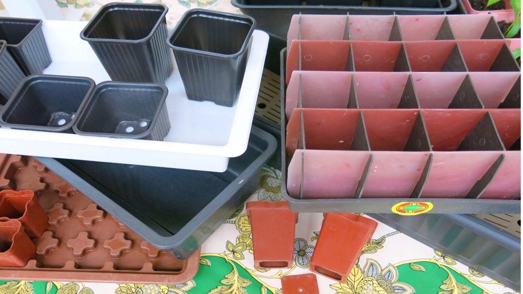 Разнообразные горшочки для рассады и рассадные ящики