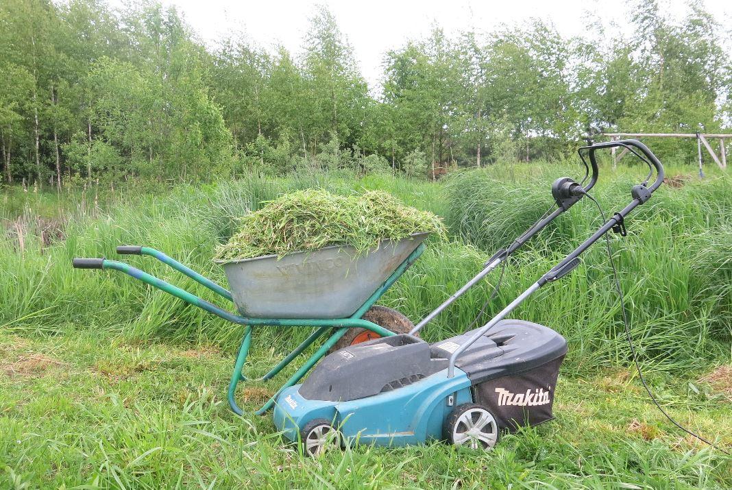 Газонокосилка Макита и тачка с травой - Набор мульчирующего земледельца